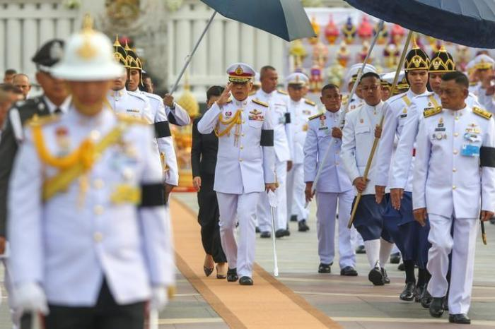 Thailand's King Maha Vajiralongkorn Bodindradebayavarangkun salutes as he leaves the monument of King Rama I after signing a new constitution in Bangkok