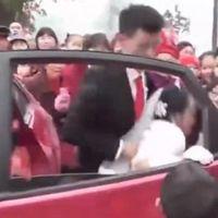 دولہے نے شادی والی گاڑی سے اپنی دلہن کو کھینچ کر باہر نکال دیا، اس حرکت کی وجہ کیا بنی؟ کوئی سوچ بھی نہ سکتا تھا کہ کوئی اپنی شادی پر بھی ایسا کرسکتا ہے