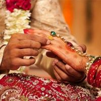 شادی کے موقع پر  دلہے کا باپ دلہن کی والدہ کو لیکر گھر سے فرار