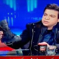 فیصل واوڈا فوجی بوٹ ٹیلی ویژن پروگرام میں لے آئے